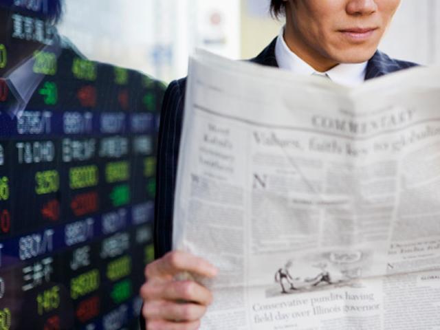 投資新聞を読む男性