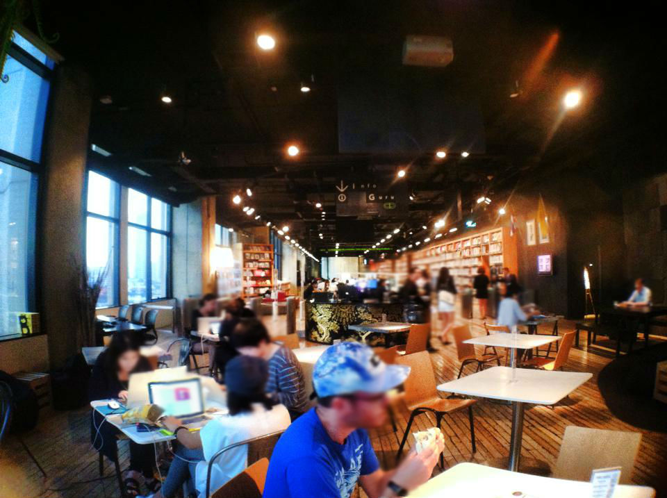 2B Cafe at TCDCの店内と図書館