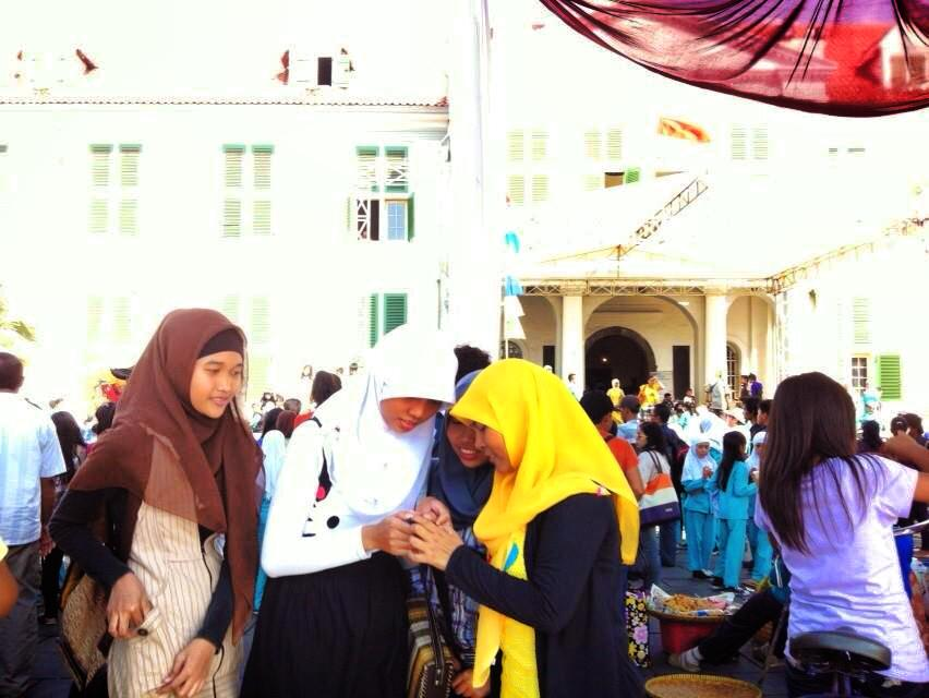 ジャカルタのモスクにいるヒジャブ姿の女性たち