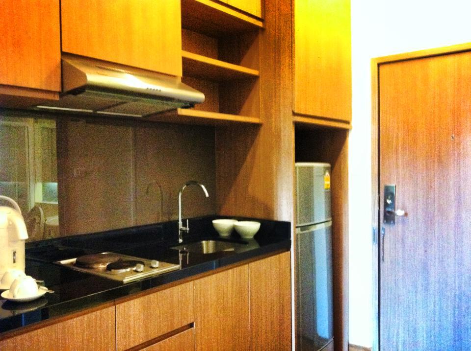 シラチャのサービスアパートメント兼ホテルのキッチン