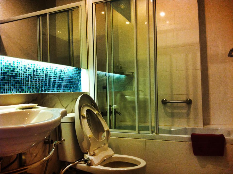 シラチャのサービスアパートメント兼ホテルの浴室(バスタブ付き)