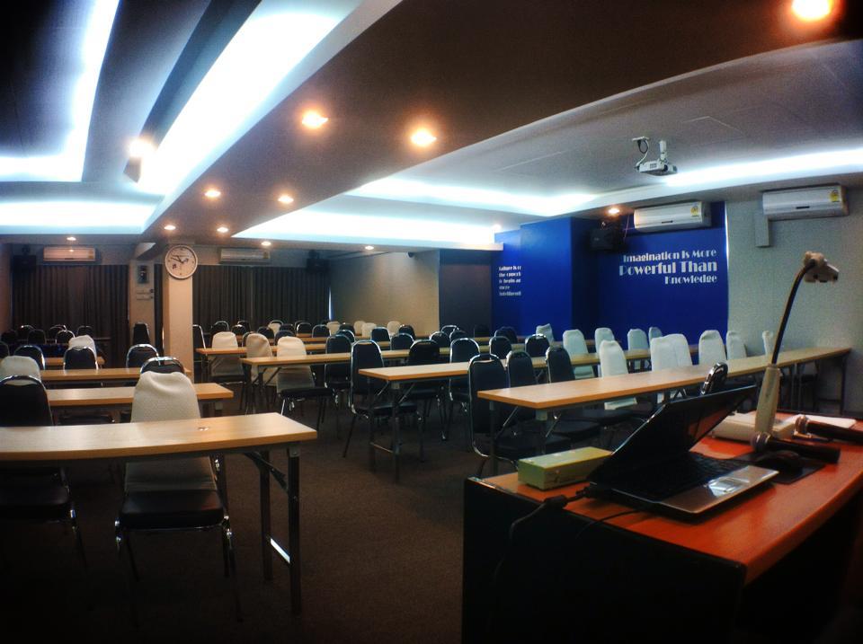 アリアンツアユタヤ社の大会議室