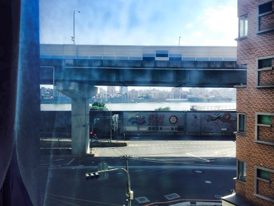 窓から淡水河をのぞむ