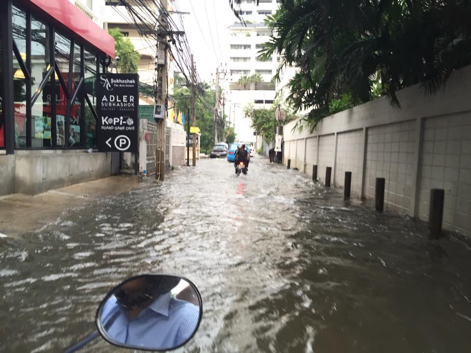 スクンビットの洪水・プロンポン地区