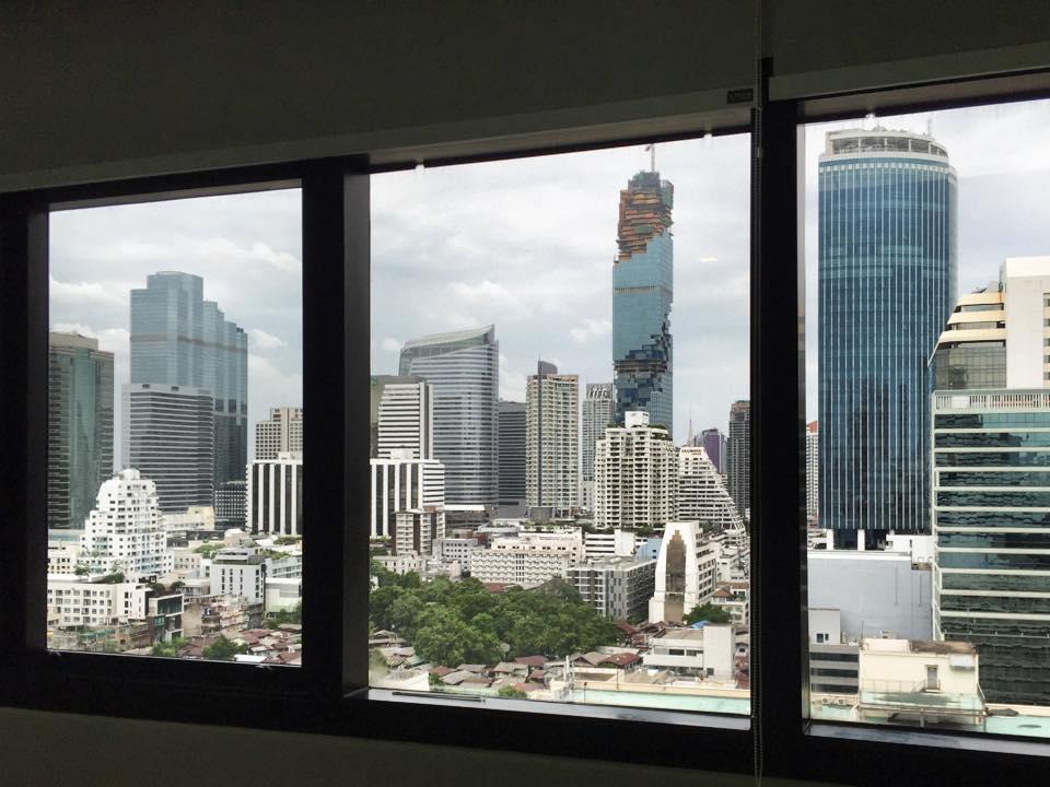 バンコク・シーロムの高層ビル群とマハナコン
