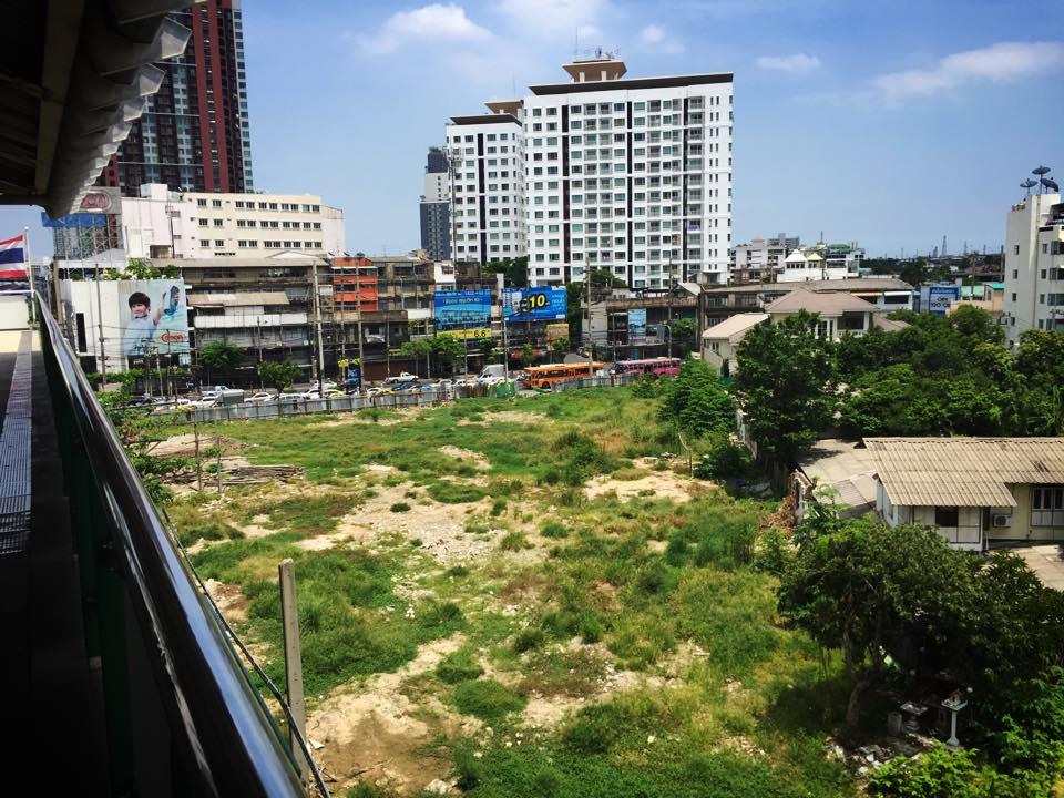 プラカノン駅前の空き地