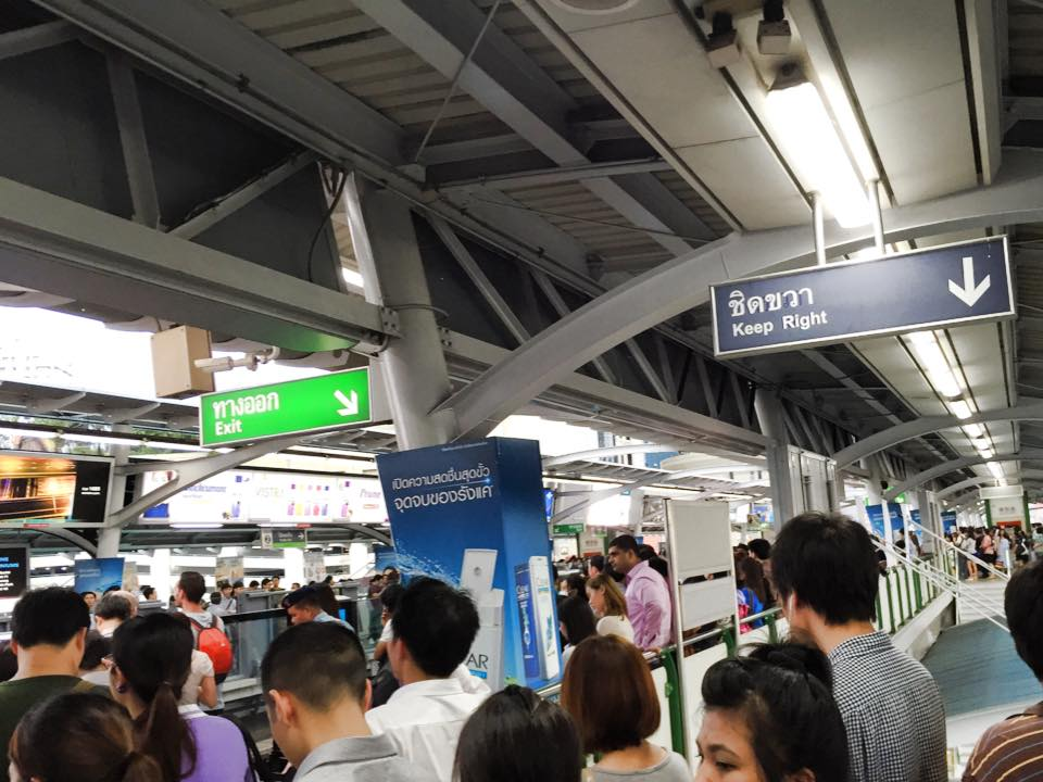 混雑するバンコクのBTS駅