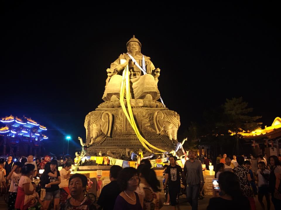大招寺前のアルタイハン像